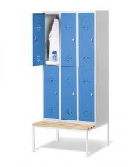 Garderobekasten CLASSIC met dubbele afdelingen, verluchtingsperforaties en ondergebouwde zitbank met kunststof latjes